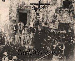Cadiz:Paso del misterio de la Cofradía de la Vera-Cruz. Es la cofradía más antigua de Cádiz. Esta foto corresponde a la salida del templo de San Francisco a finales del siglo XIX