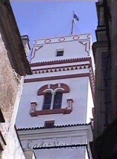 Cadiz:La torre Tavira forma parte del Palacio de los Marqueses de Recaño, donde se fundó la Escuela de Nobles Artes en 1789